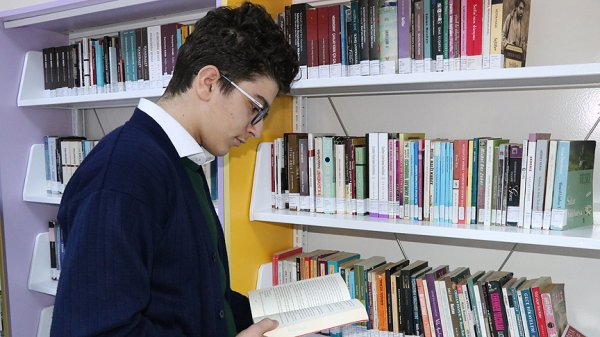 Okul kütüphanesini koridora taşıdılar