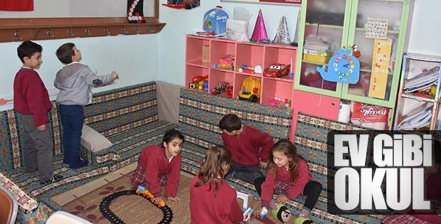 Öğrenciler ev gibi ortamda ders işliyor
