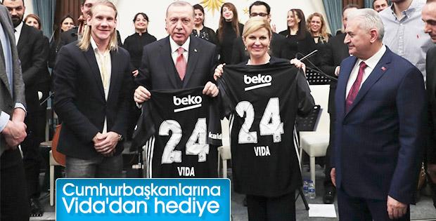 Beşiktaşlı Vida'dan Cumhurbaşkanlarına forma hediyesi