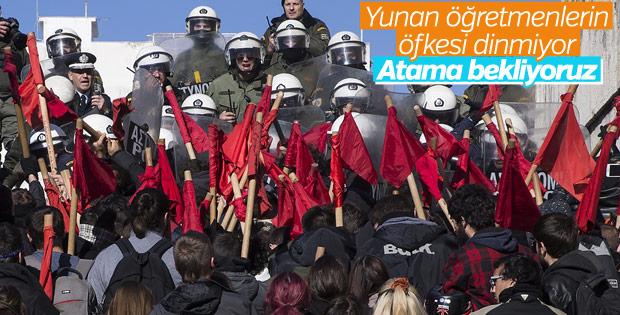 Yunan öğretmenlerden atama protestosu