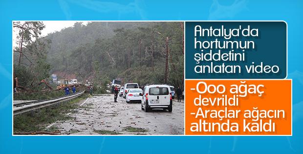 Antalya'da fırtınanın ortasında kalan araç