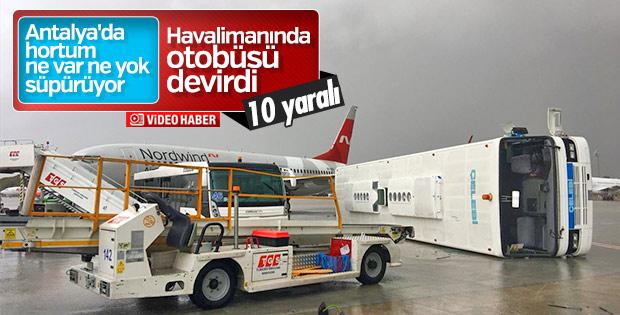 Antalya Havalimanı'nda hortum nedeniyle devrilen otobüsler
