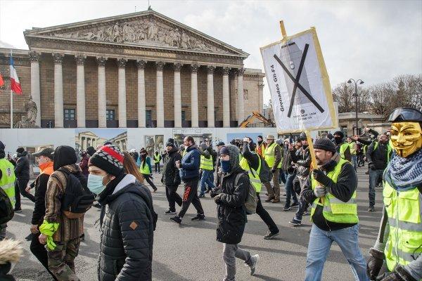 Fransız polisi eylemcinin elini kopardı