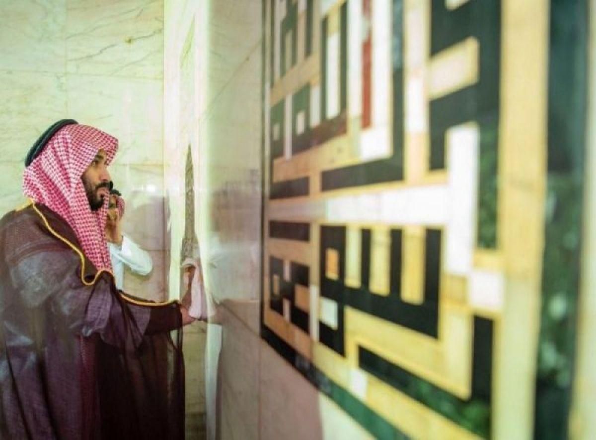 Veliaht Prens Selman Kâbe'nin tepesine çıktı
