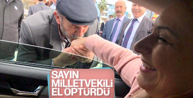 CHP'li vekil yaşlı adama elini öptürdü