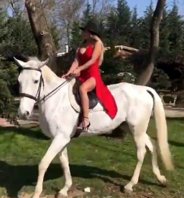 Hatice beyaz atlı paylaşım yaptı