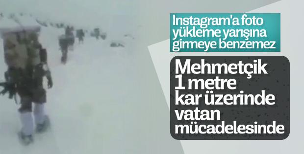Türk askerinin kar üzerinde vatan mücadelesi