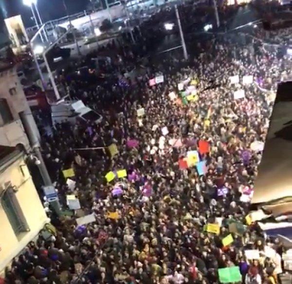 Taksim'de feministler ezanı ıslıkladı