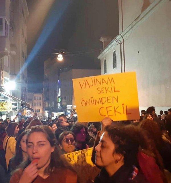 İstiklal Caddesi'ndeki eylemde tepki çeken pankartlar