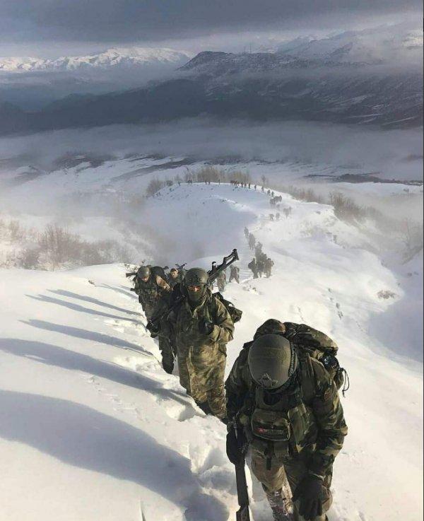 Karla kaplı dağlarda Mehmetçik görev başında