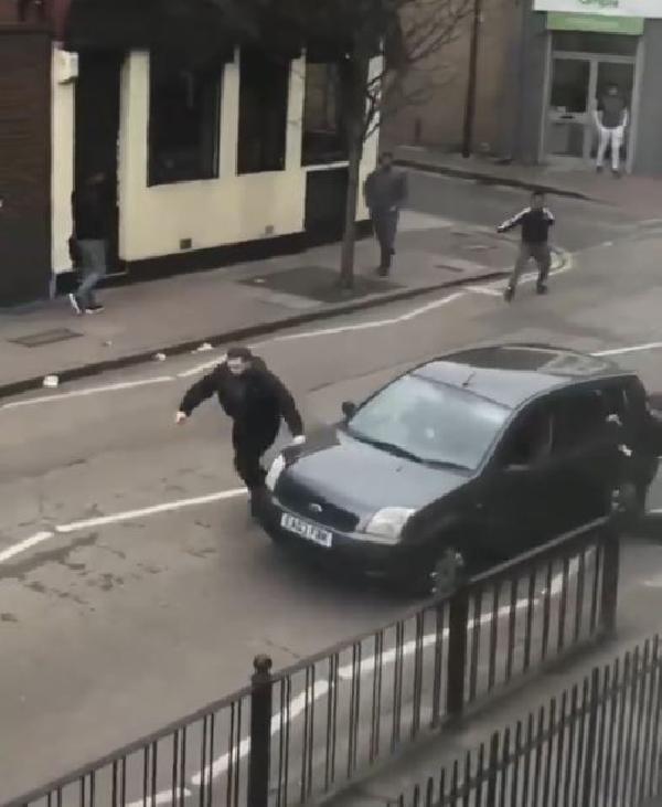 Londra'da Müslüman gruba çekiç ve sopalarla saldırdılar