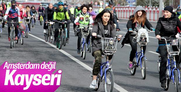 Kayseri'de bisikletliler sokakta