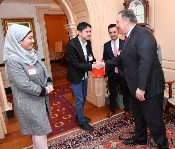 ABD Dışişleri Bakanı Pompeo Uygurlar ile bir araya geldi