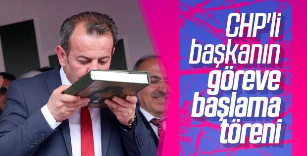 CHP'li Başkan Kuran-ı Kerim'i öperek yemin etti