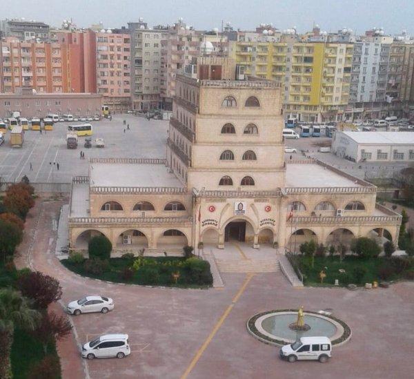 Kızıltepe belediye binasındaki Türk bayrağı indirildi