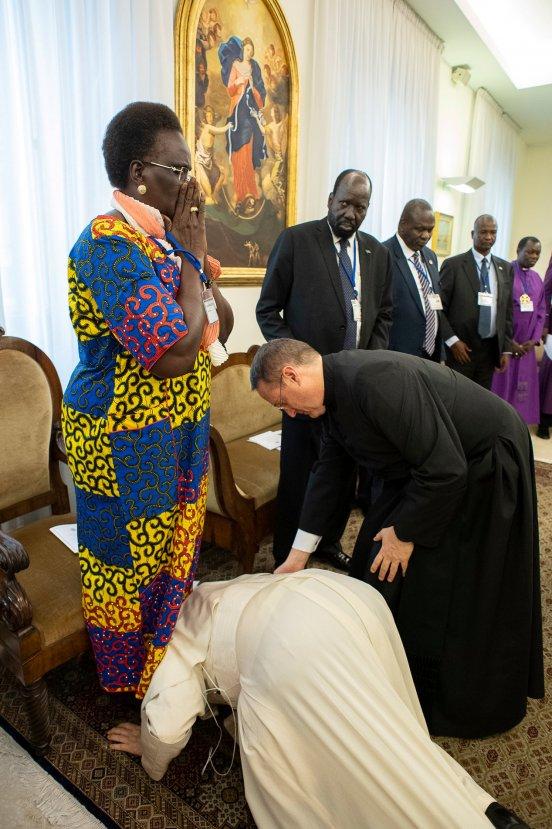 Papa Sudan liderinin ayağına sarıldı