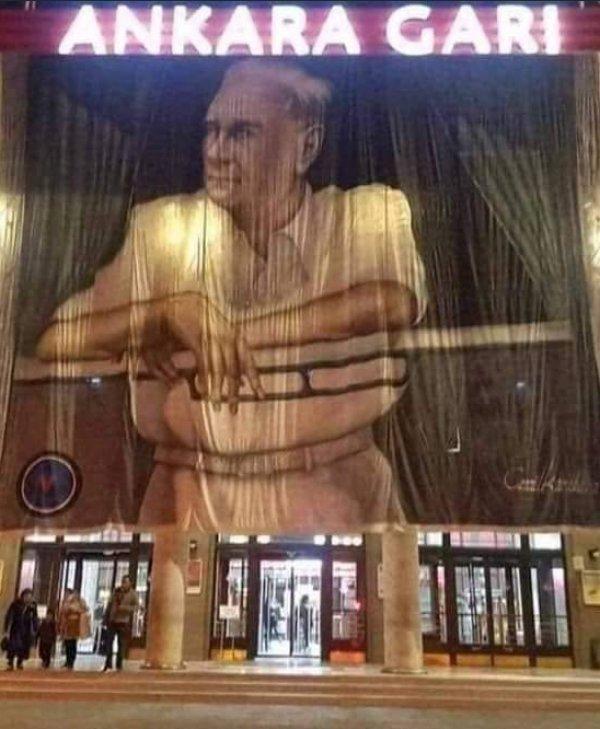 Ankara Garı´na dev Atatürk posteri asıldı
