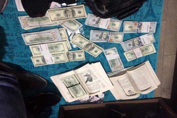 FETÖ paraları kitap arasından çıktı