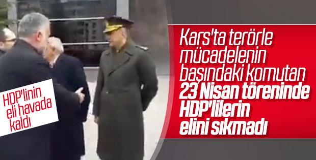 Komutan HDP'li Başkan'ın elini havada bıraktı