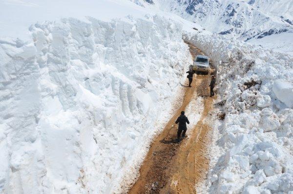 Yüksekova'da 5 metrelik karla mücadele ile ilgili görsel sonucu