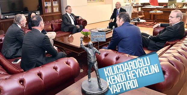 Kemal Kılıçdaroğlu'nun odasında yer alan kendi heykeli