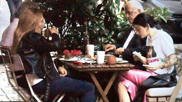 Onur Ünlü, Hazar Ergüçlü'nün ailesiyle yemekte