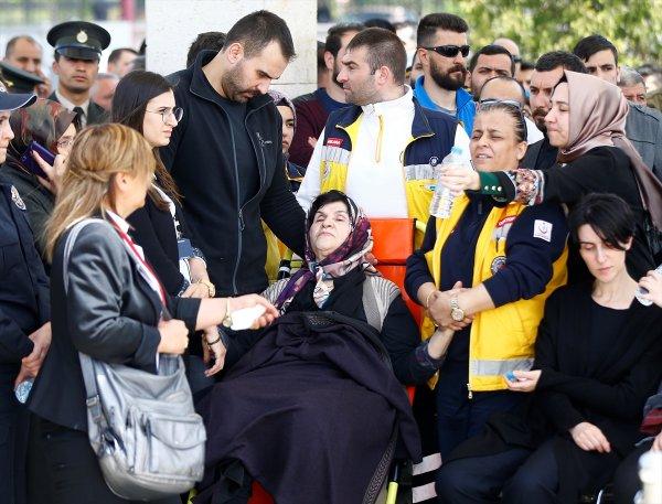 Şehit Yüzbaşı Özdemir'in annesi cenazeye sağlık ekipleriyle geldi