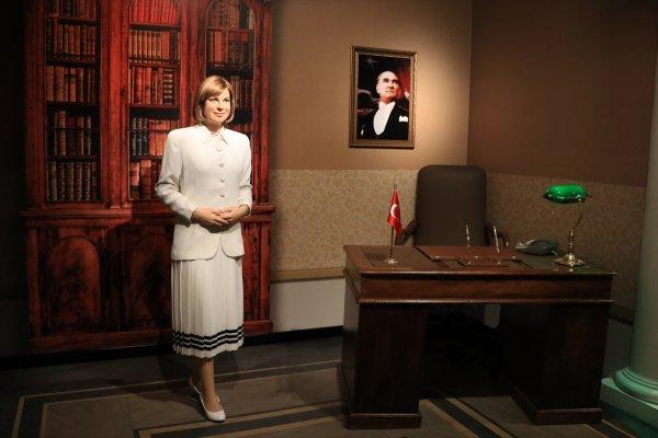 Tansu Çiller'in heykeli sergilendi