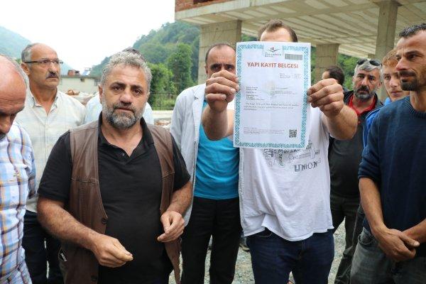 Fırtına Vadisi'nde yapı kayıt belgesi gösteren vatandaşlar