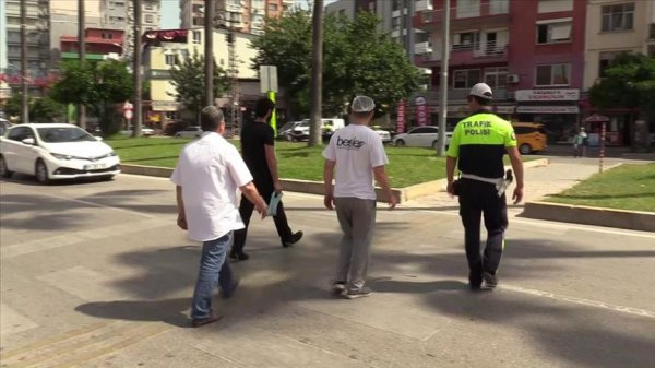 Polis sürücülere yayaya yol vermeyi öğretti