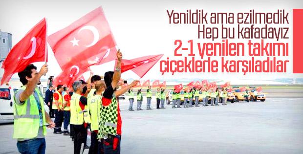 A Milliler İstanbul Havalimanı'nda çiçeklerle karşılandı