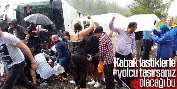 Kazada yaralananları brandayla yağmurdan korudular