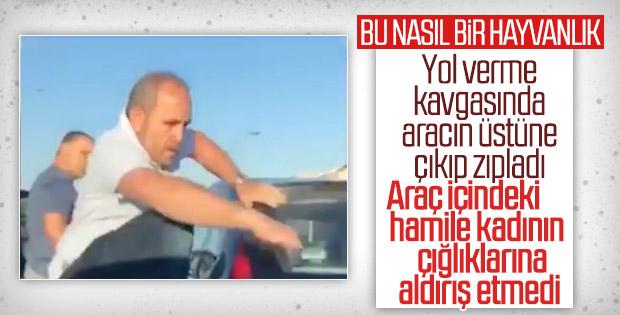 İstanbul'da trafik magandası yol kesip araca zarar verdi