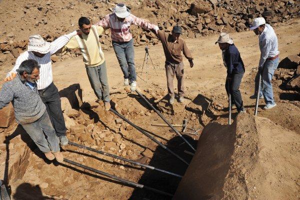 Bitlis'teki işçilerin zorlu Ahlat taşı çalışmaları başladı