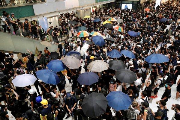 Hong Konglular bir kez daha sokaklarda