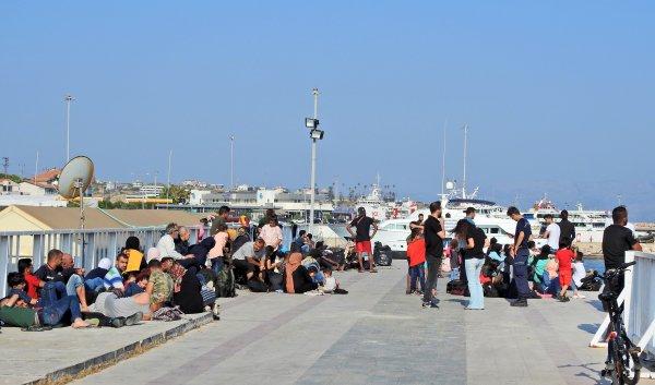 180 göçmen şişme botla Yunanistan'a geçerken yakalandı