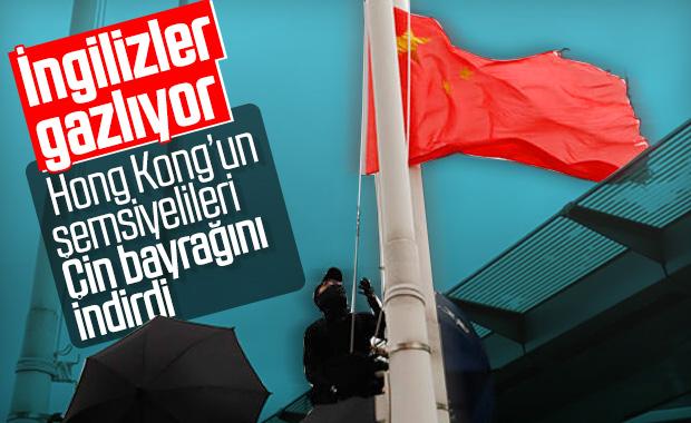 Hong Kong'da göstericiler Çin bayrağını indirdi