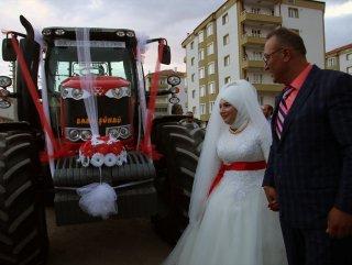 Sivas'ta damat gelini babaevinden traktörle aldı #1