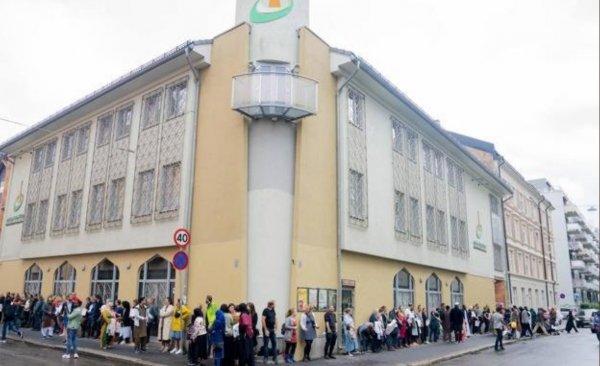 Norveçliler cami önünde nöbete başladı