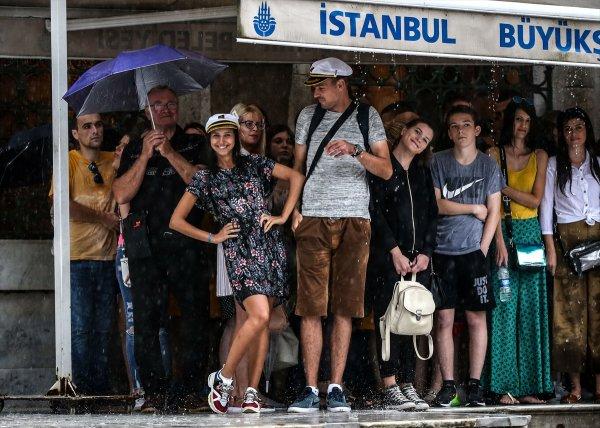 İstanbul'da beklenen sağanak yağmur başladı