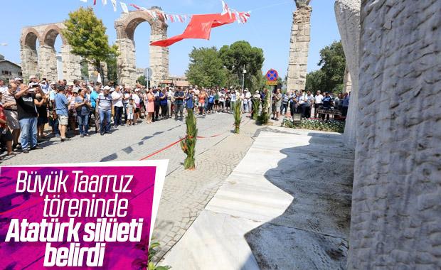 Büyük Taarruz töreninde görülen Atatürk silüeti