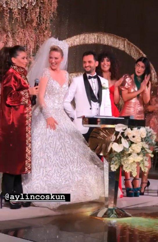 Şarkıcı Aylin Coşkun evlendi