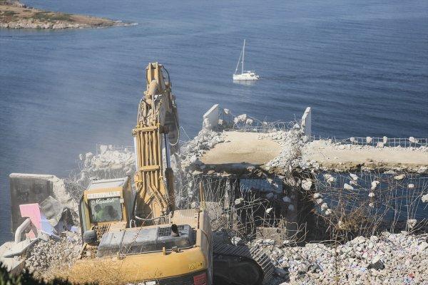Bodrum'da kaçak yapıların yıkımı sürüyor