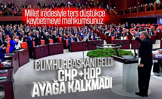 CHP ve HDP Cumhurbaşkanı geldiğinde ayağa kalkmadı