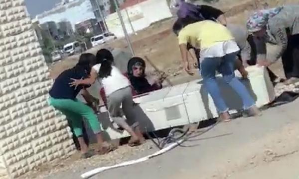 Kadın ve çocuklar elektrik panosunu söktü