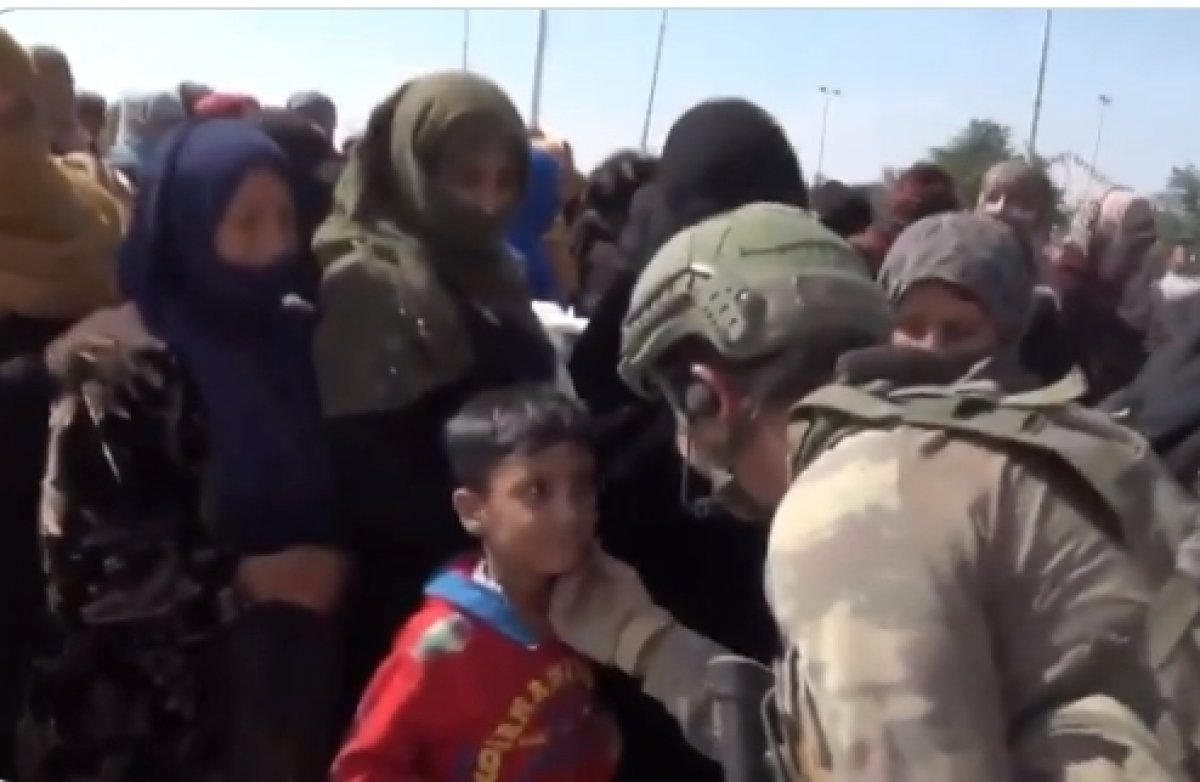 Türk askerinin Suriyeli çocukları bağrına bastığı anlar