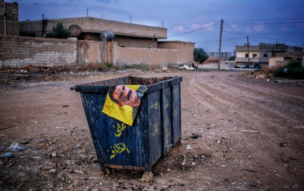 Tel Abyad'da Öcalan fotoğrafı çöp oldu