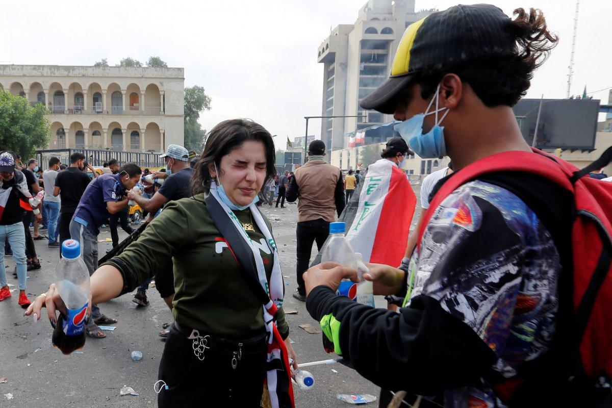 Iraklı protestocular gaz bombalarına karşı çözümü kolada buldu