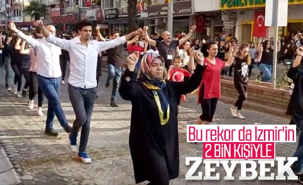 İzmir'de 2 bin kişi zeybek oynadı