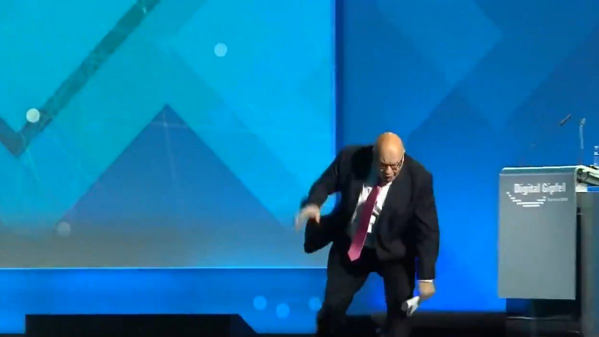 Almanya Ekonomi Bakanı'nın sahneden düştüğü anlar